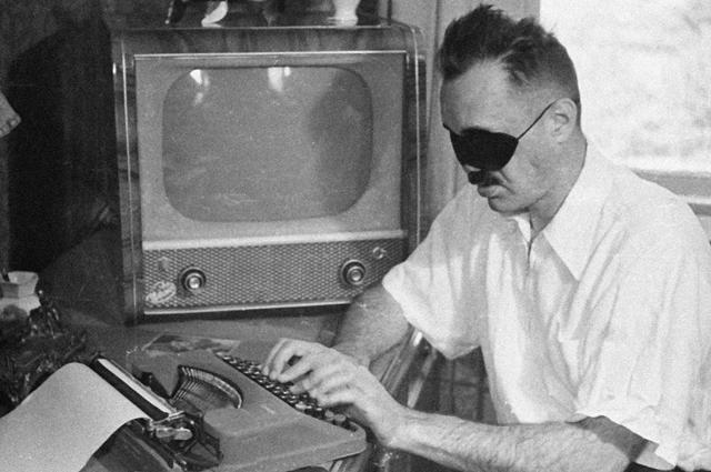 Член Союза советстких писателей Эдуард Асадов. 1960 г.