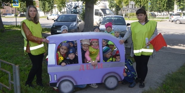 Шагающий автобус и детсадовцы Ачинска