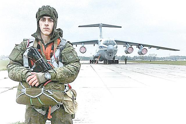 Внук Олег, курсант десантного училища, перед прыжками.