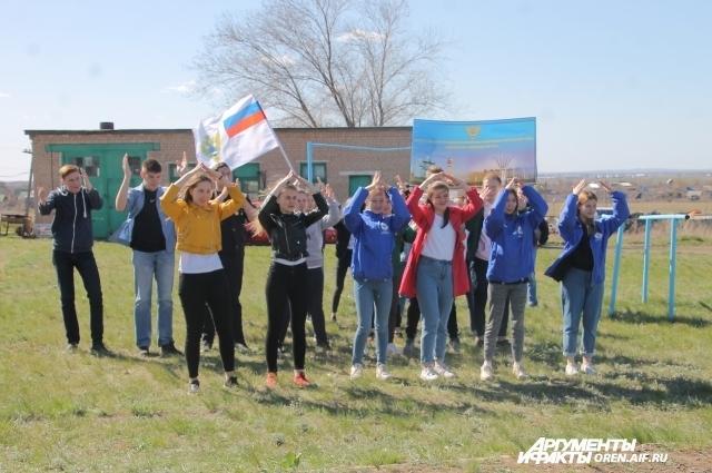 Активисты студенческих отрядов и российского движения школьников подарили синоптикам и метеорологам зажигательные танцы.