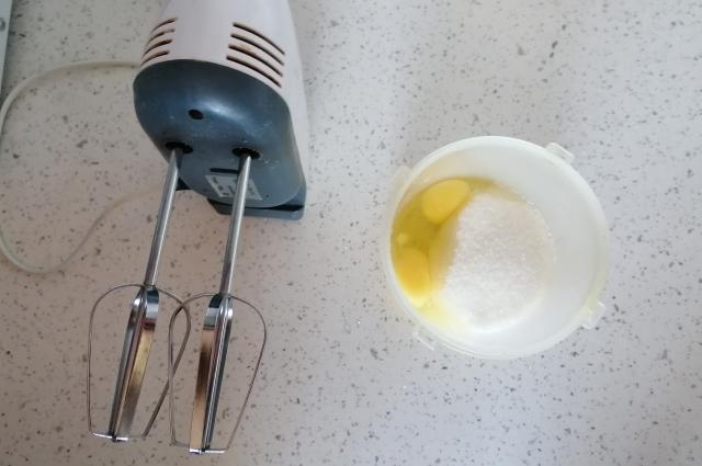 Взбиваем яйца и сахар.
