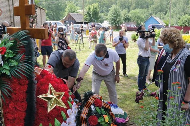 Отдать дань памяти бойцу пришли местные жители, участники поискового движения, депутаты Смоленской областной Думы.
