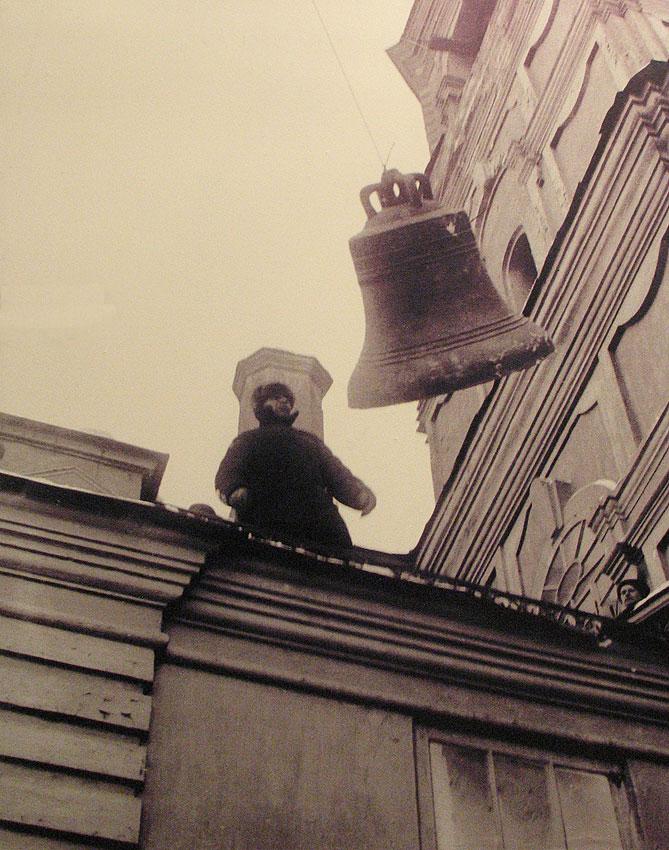 Снятие колоколов с Богоявленского собора в Свердловске.