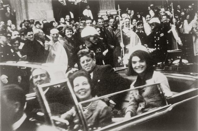 Кеннеди в президентском лимузине, за несколько секунд до убийства.