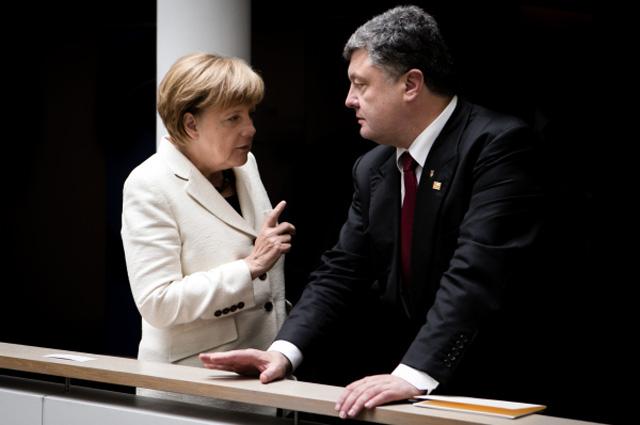 Президент Украины Пётр Порошенко и канцлер Германии Ангела Меркель во время встречи в Брюсселе