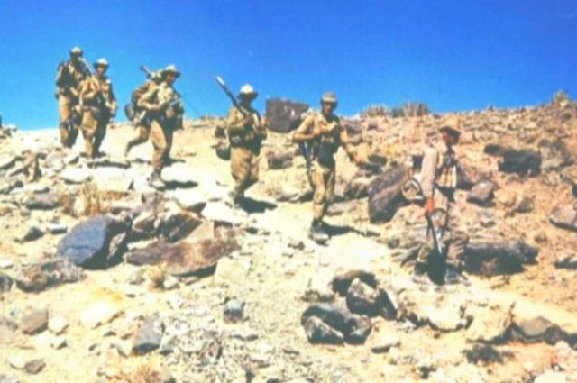 Личный состав 5-й парашютно-десантной роты 350-го гвардейского парашютно-десантного полка с полным боевым снаряжением спускается с горы