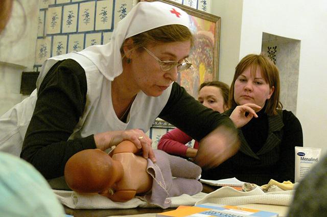 На курсах молодых нянь научат, как бережно обращаться с ребенком