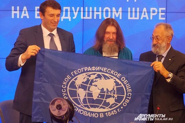 Фёдор Конюхов (в центре).