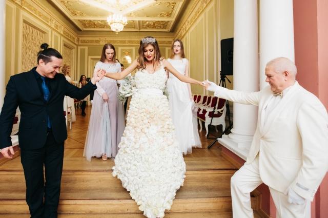 В платье весом 60 кг ходить было непросто.
