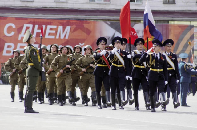 Знамённую группу парада Победы составили курсанты Президентского полка, который празднует своё 80-летие.