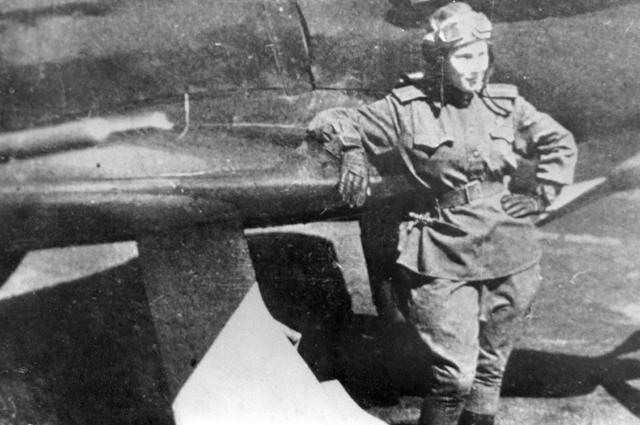 Советская летчица Лидия Литвяк у своего истребителя. 1943 год.