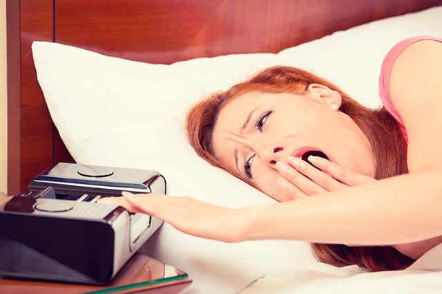 женщина, постель, будильник, недосып