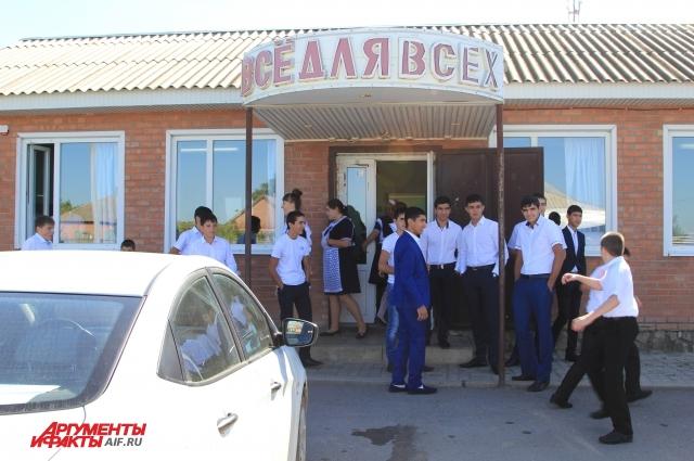 В здании бывшего магазина школьники чувствуют себя неуютно и мечтают переехать в родное здание.