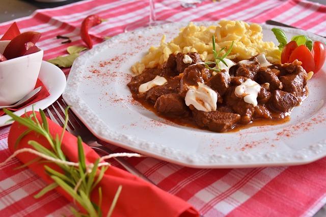 Гуляш с картошкой и овощной салат - прекрасный вариант обеда.