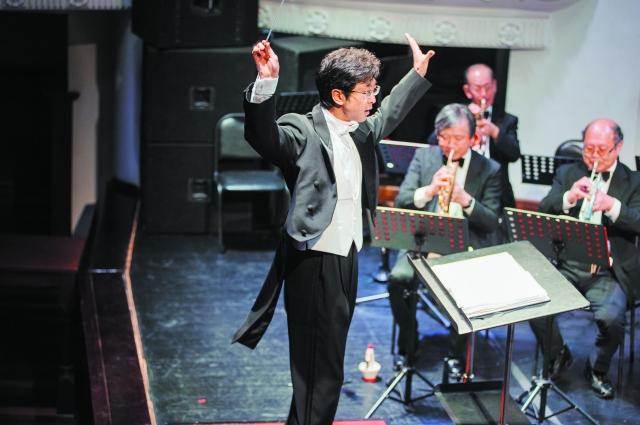 Дирижёр японского оркестра в ударе.