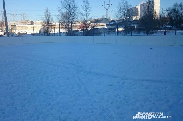 Лёд мирно покоится под слоем снега