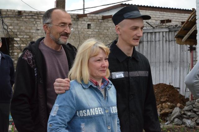В колонию особого режима приехали родители и друзья осужденных на десятки лет.