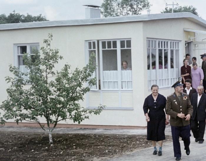 Юрий Гагарин на родине в Гжатске. Слева - его мать Анна Тимофеевна, справа - отец Алексей Иванович.