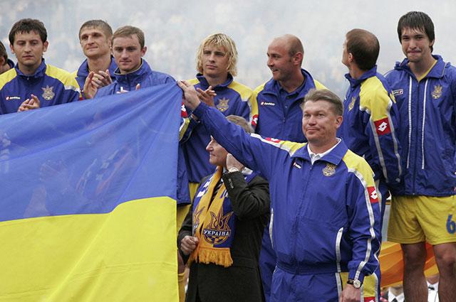 Олег Блохин с игроками сборной Украины на киевском стадионе.
