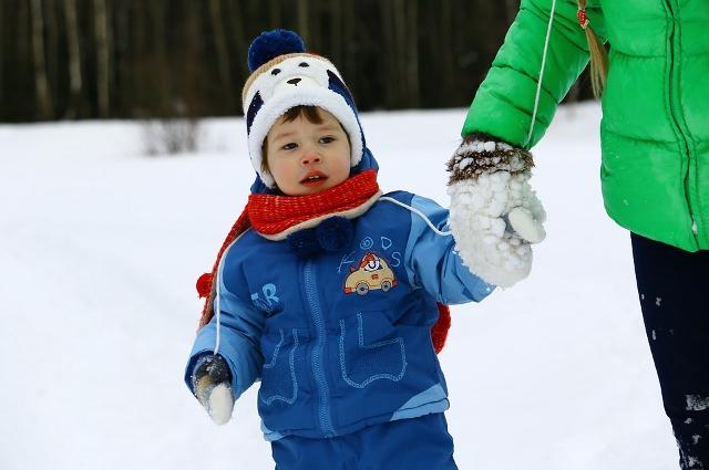 Дети уже привыкли к низкой температуре и не чувствуют ее.
