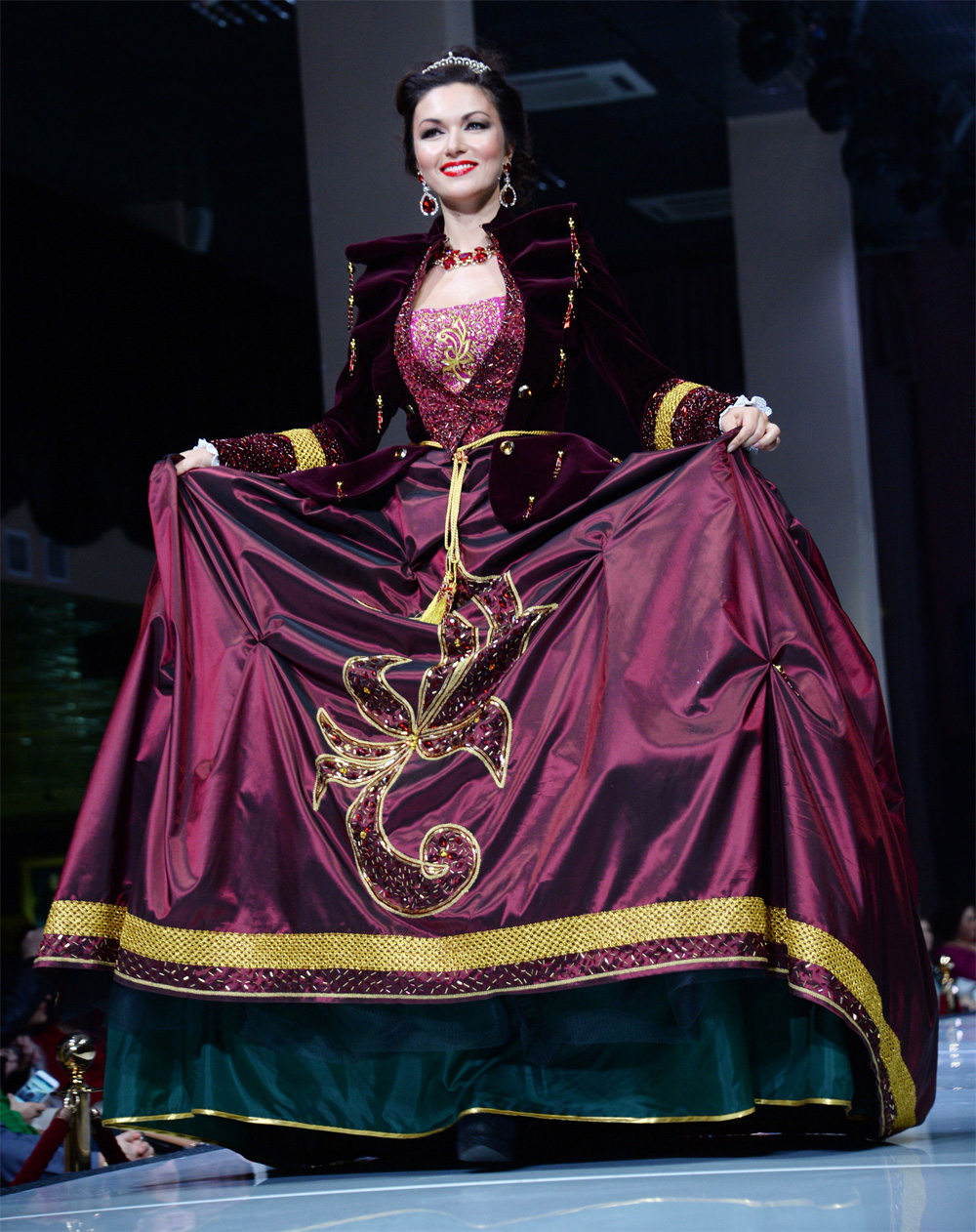 Юлия Такшина демонстрирует коллекцию одежды Лоры Сухаренко «Царская охота».