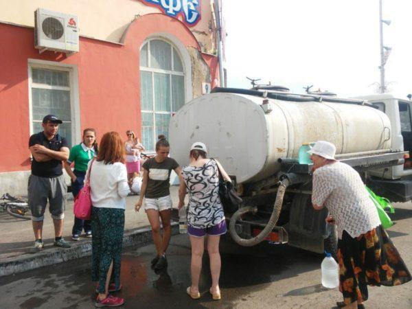 Раздача воды из автоцистерны в Североуральске на площади Мира.