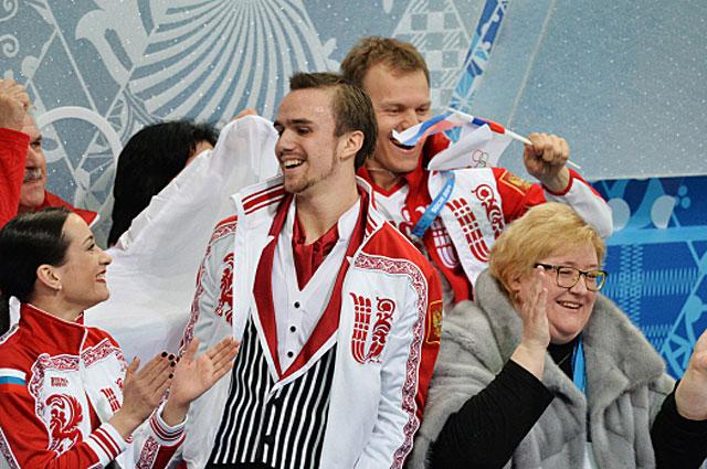 Ксения Столбова, Федор Климов и Нина Мозер после выступления в произвольной программе парного катания командных соревнований по фигурному катанию на XXII зимних Олимпийских играх в Сочи