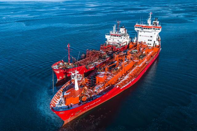 Бункеровка судов и перевозка нефтепродуктов - основные виды деятельности компании.
