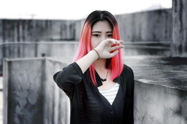 Чаще всего яркие волосы связаны с самовыражением школьника.