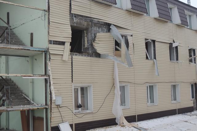 Разрушенный дом должны были снести еще несколько лет назад.