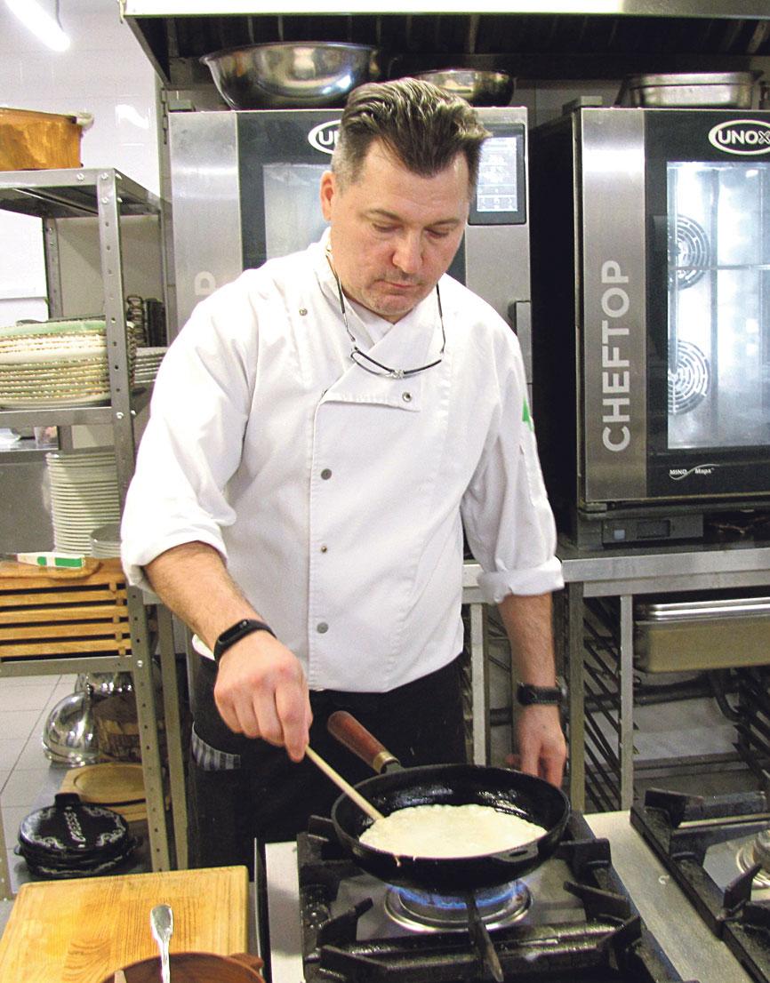 Шеф-повар Игорь Невинский готовит масленичное угощение.