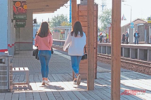 Пока идёт ремонт, пассажиры используют деревянные платформы.