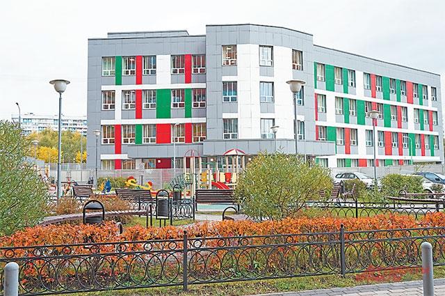 Четырёхэтажное здание школы появилось рядом с жилым комплексом «Альбатрос» на ул. Твардовского.