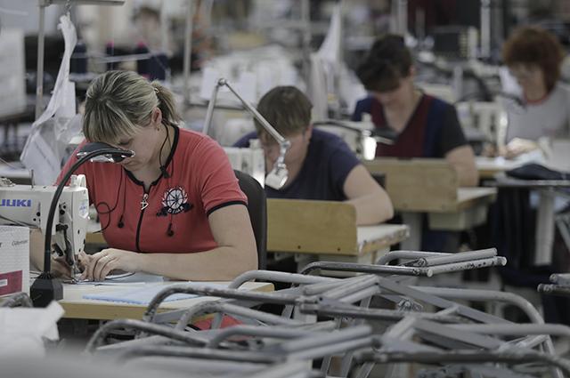 Изготовление защитных масок на фабрике