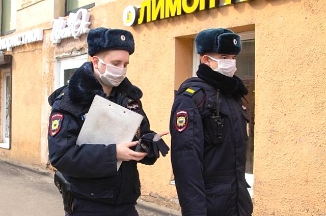 Полиция проверяет граждан.
