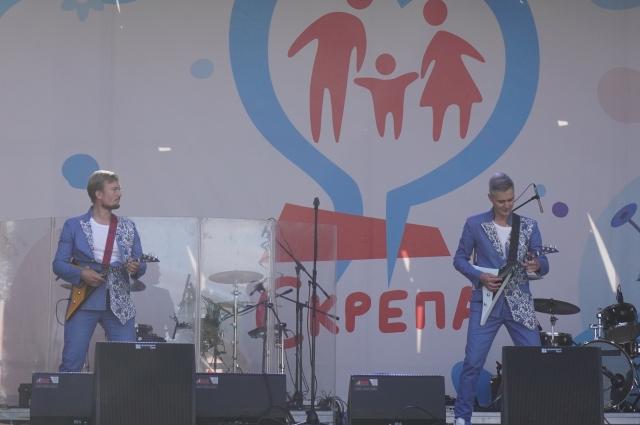 На главной сцене гостей развлекал музыкальный коллектив BaLALAika Style.