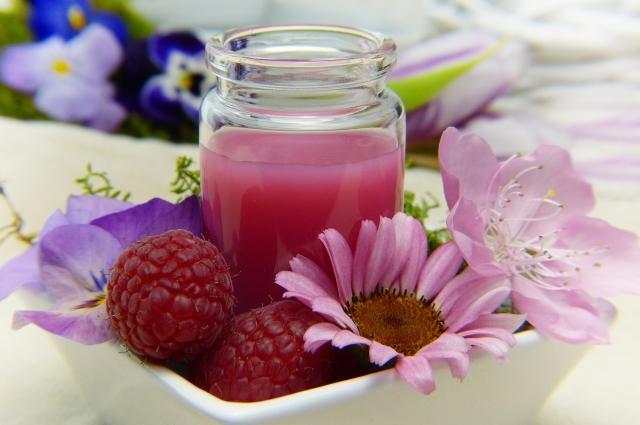 Во время простуды рекомендуют теплые компот или морс.