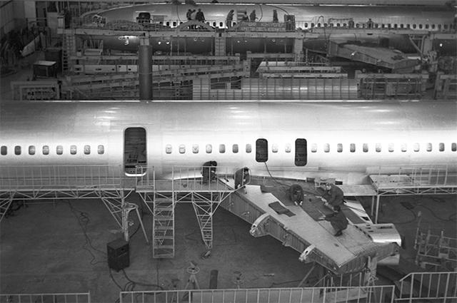 Сборка фюзеляжа самолета Ту-154 на Кубышевском авиационном заводе (ныне - ОАО «Авиакор – авиационный завод»). 1971 г.