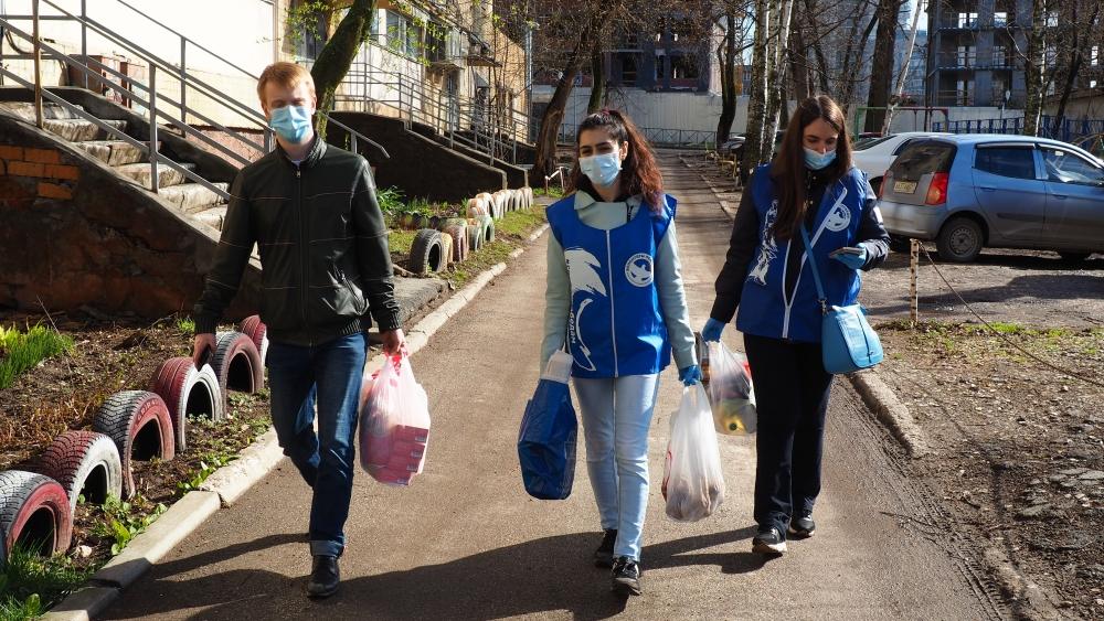 С первых дней волонтёры пришли на помощь жителям.