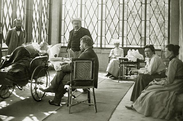 Лев Николаевич Толстой (в кресле) среди родных и знакомых. 1902 год