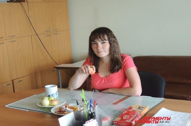 Наталья перекусывает чаем с печеньем и яблоками