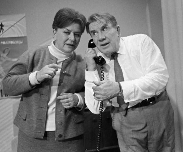 Мария Миронова (слева) в роли Дядиной и режиссер Игорь Ильинский (справа) в роли Огурцова на съемках фильма Старый знакомый . 1969 год