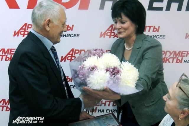 Цветы вручает главный редактор