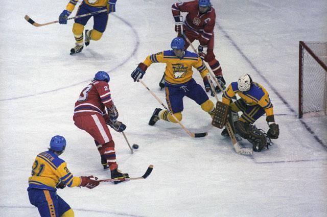 Сборная ЧССР атакует ворота шведов в матче ЧМ-1979.