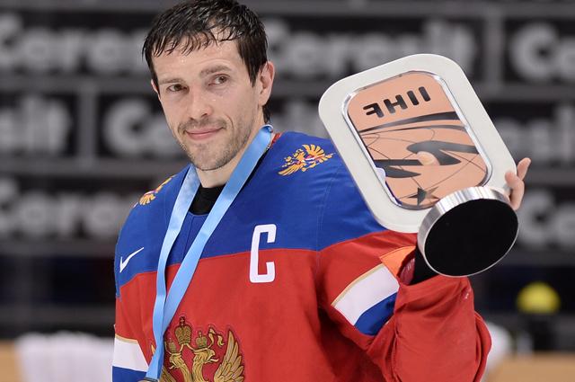 Капитан сборной России Павел Дацюк с Кубком за третье место чемпионата мира по хоккею.