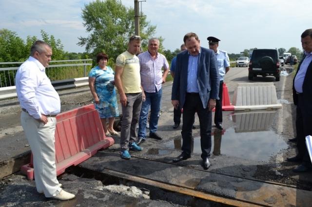 М. Резников на мосту через Суру
