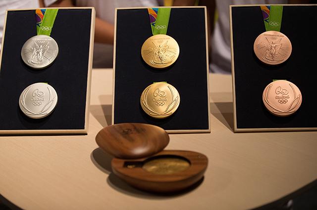 Олимпийские медали и футляр из дерева