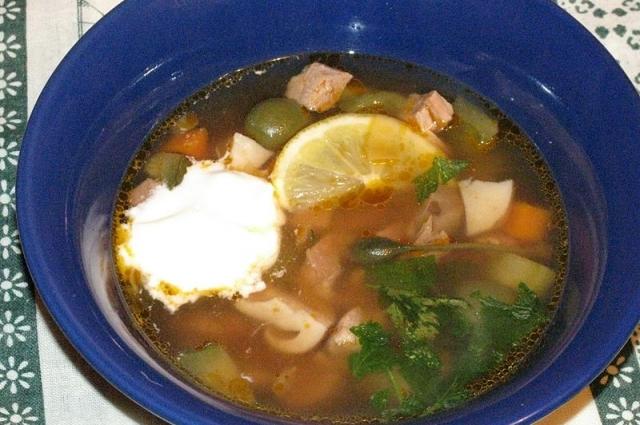 Подавая к столу, блюдо украшаем лимоном и по желанию добавляем немного сметаны.