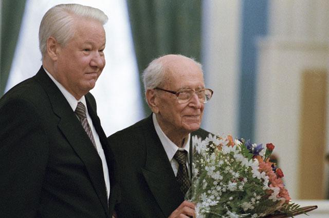 Борис Ельцин вручает Государственную премию России выдающемуся деятелю отечественной культуры, профессору Дмитрию Лихачеву. 1998 г.