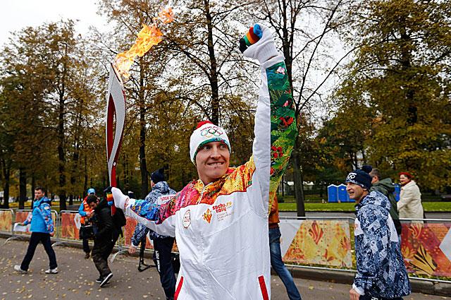 Иван Скобрев с Олимпийским огнём, 2013 год